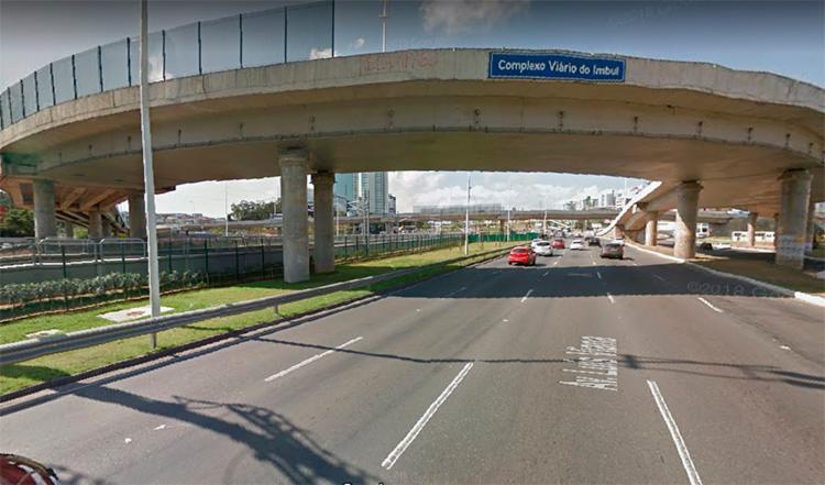 A colisão ocorreu por volta das 11h, no viaduto do Imbui, na avenida Luís Viana - Foto: Reprodução | Google Maps