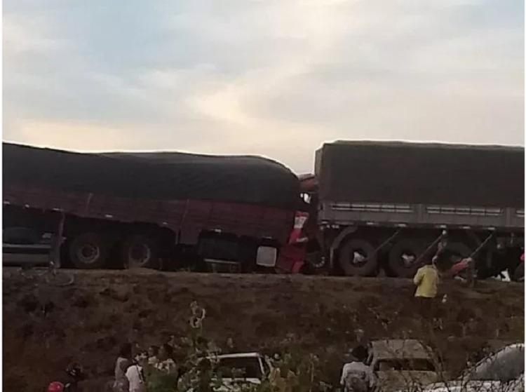 Devido a colisão entre os veículos, a frente do caminhão ficou destruída e deixou o motorista preso nas ferragens - Foto: Reprodução| Itaberaba Notícias