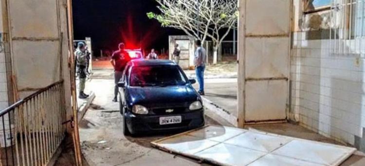 Após derrubar um portão e colidir em outro, Diran Moreira foi detido por agentes do presídio - Foto: Reprodução | Teixeira News