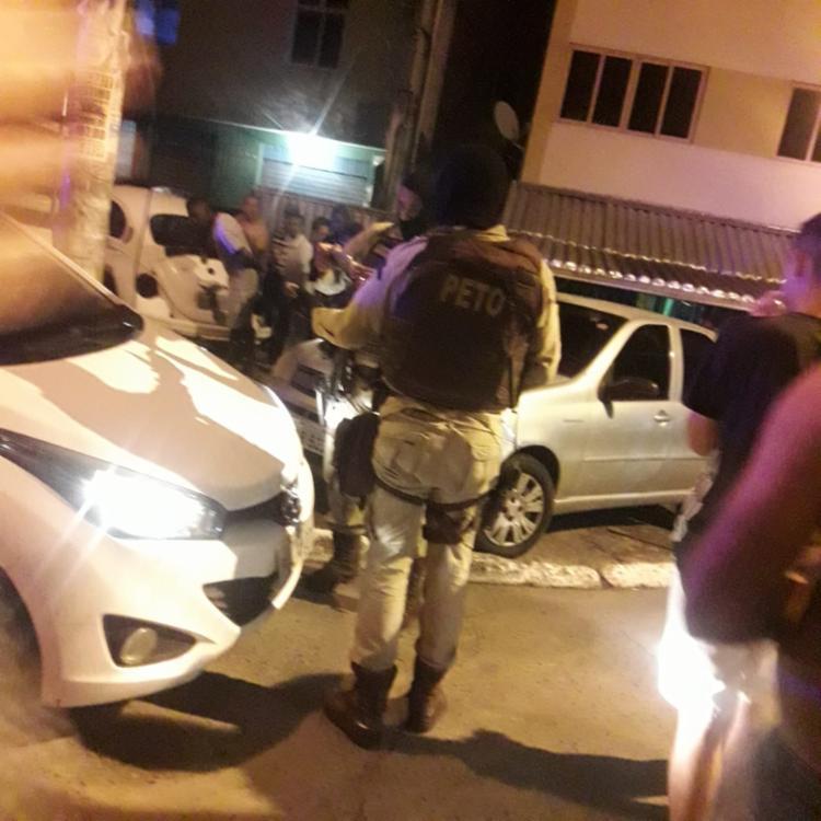 Carro foi interceptado na rua direita de Cosme de Farias na noite desta terça - Foto: Cidadão Repórter   Cidadão Repórter