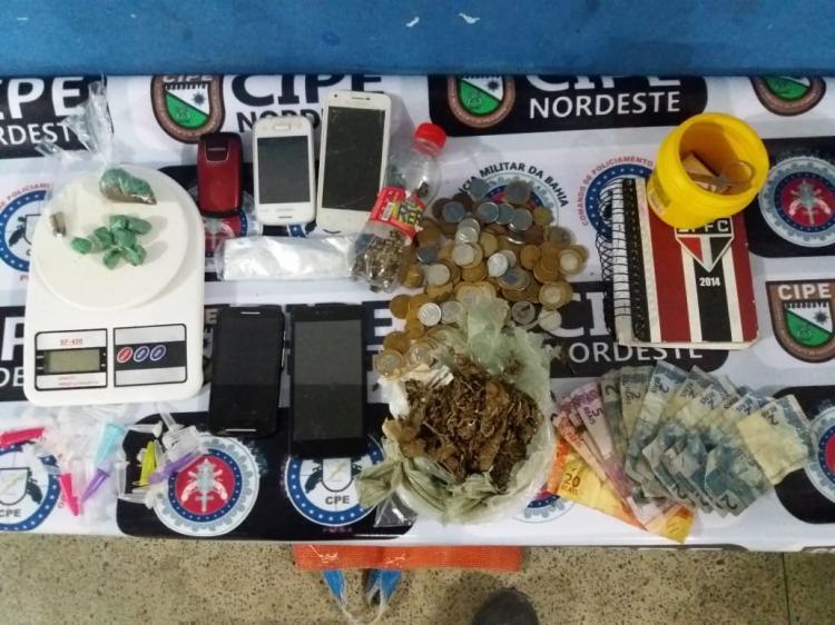 Com as suspeitas foram encontrados drogas, celulares, munições calibre 32 e uma quantia de R$ 1.849 - Foto: Divulgação| SSP-BA