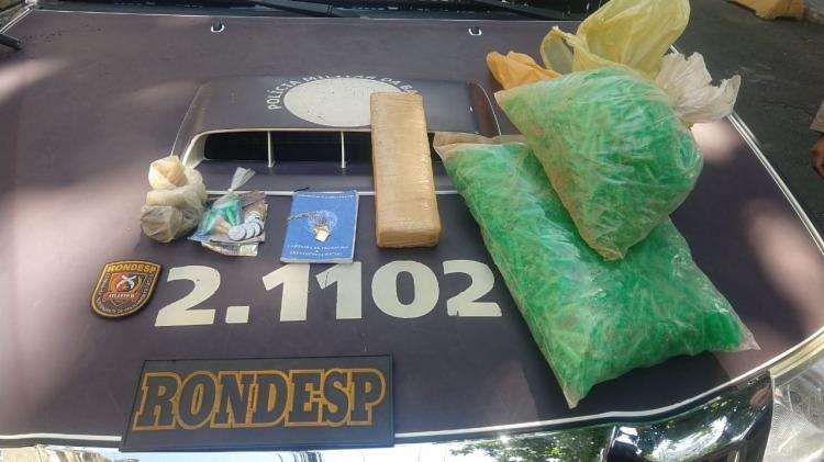 Com o suspeito foi encontrado 1kg de maconha, pinos de cocaína e 15 munições calibre 38