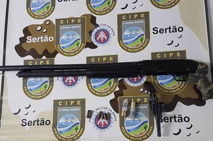 A polícia apreendeu armas, munições, cartuchos e um carro com restrição de roubo - Foto: Divulgação| SSP-BA