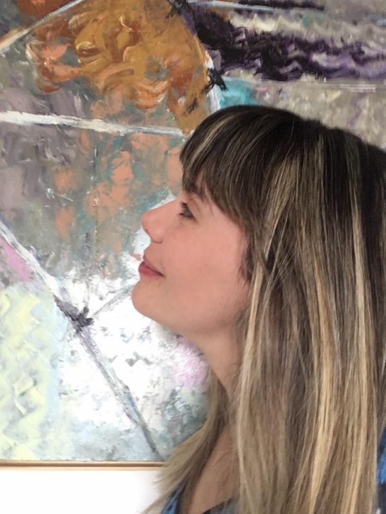 A artista carioca traz para as suas obras as influências das linhas Santas e como as cores contribuem no seu modo de ver o mundo - Foto: Divulgação