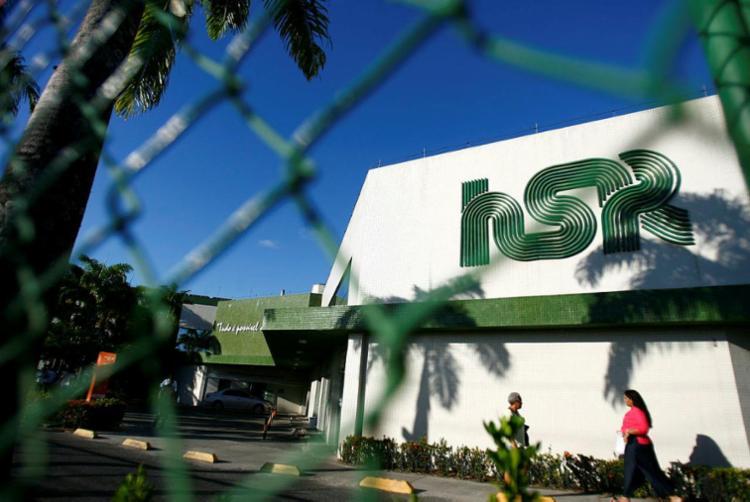 Policial foi socorrido para o Hospital São Rafael | Foto: Joá Souza | Ag. A TARDE - Foto: Joá Souza | Ag. A TARDE
