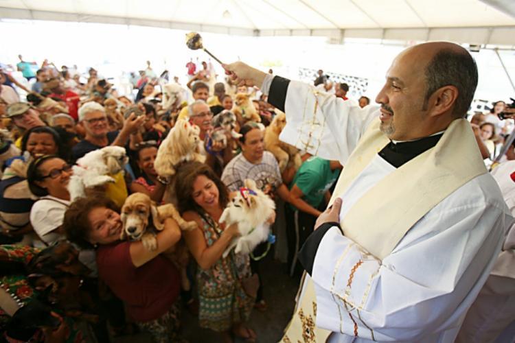 Padre André Alencar abençoou os animais na Paróquia São Francisco de Assis - Foto: Raul Spinassé   Ag. A TARDE