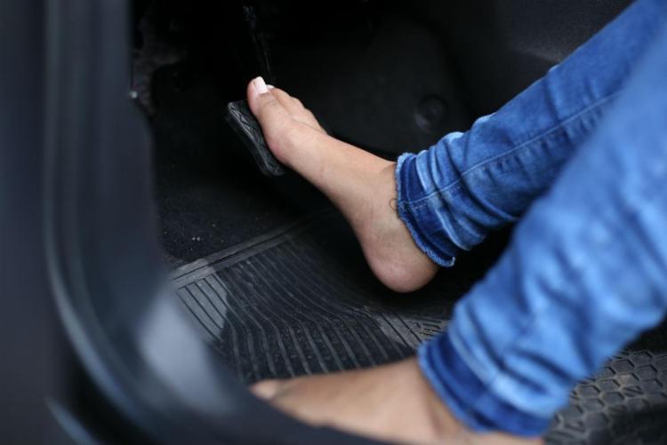 O Código de Trânsito Brasileiro destaca que é proibido usar calçado que não se firme nos pés ou que comprometa o uso dos pedais - Foto: Raul Spinassé | Ag. A TARDE