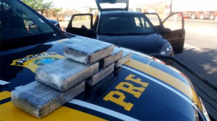 Seis tabletes da droga, que somavam 6,3 kg, foramencontradosno interior do carro - Foto: Divulgação l PRF