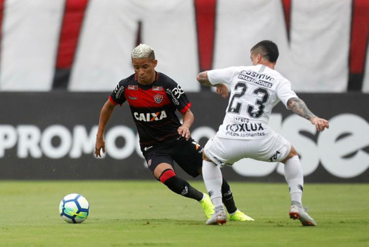 Vitória iniciou as ações ofensivas do jogo, porém, o Corinthians tentou obter também a posse da bola - Foto: Raul Spinassé | Ag. A TARDE