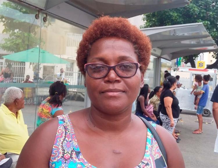 A esteticista Cláudia Oliveira tem três opções diferentes de ônibus, mas em uma hora, nenhum deles passou