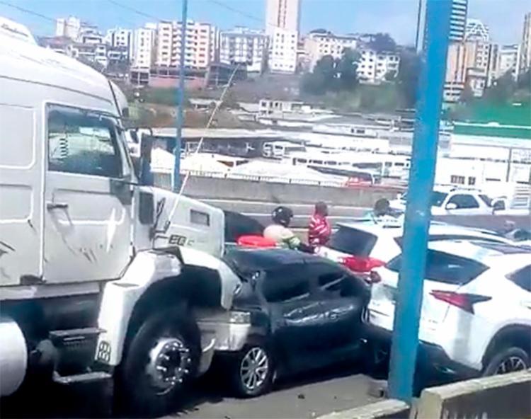 Veículos e carretas se envolveram em um engavetamento nesta manhã - Foto: Cidadão Repórter via WhatsApp