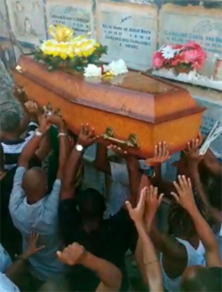 O corpo do babalorixá foi enterrado por volta das 15h desta quinta-feira, 11, no Cemitério Quinta dos Lázaros, - Foto: Tânia Araújo | Ag. A TARDE
