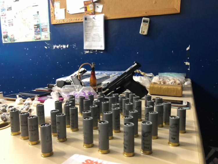 Com a ajuda do Cão farejador Troy, da raça Pastor Alemão, os policiais acharam 5 kg de maconha, 2 kg de cocaína e meio quilo de crack avaliados em R$ 80 mil.