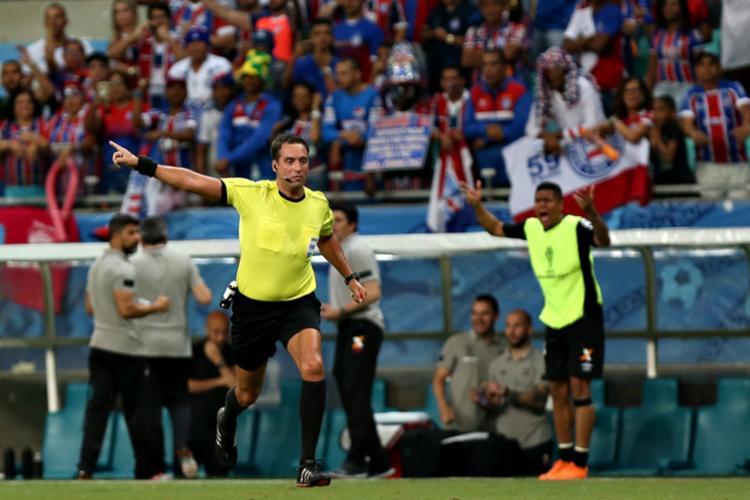 Em partida contra o Atlético Paranaense, o árbitro argentino Fernando Rapallini validou os tentos e, minutos depois, após consulta do sistema, invalidou-os