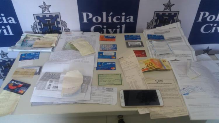Estelionatária portava documentos, cartões de banco e de benefícios da idosa - Foto: Divulgação   Polícia Civil