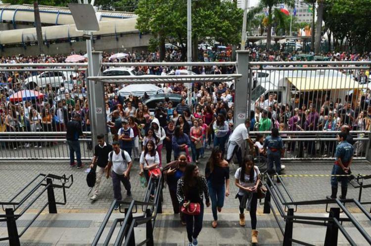 Estudantes da Universidade 9 de Julho (Uninove) chegando para as aulas