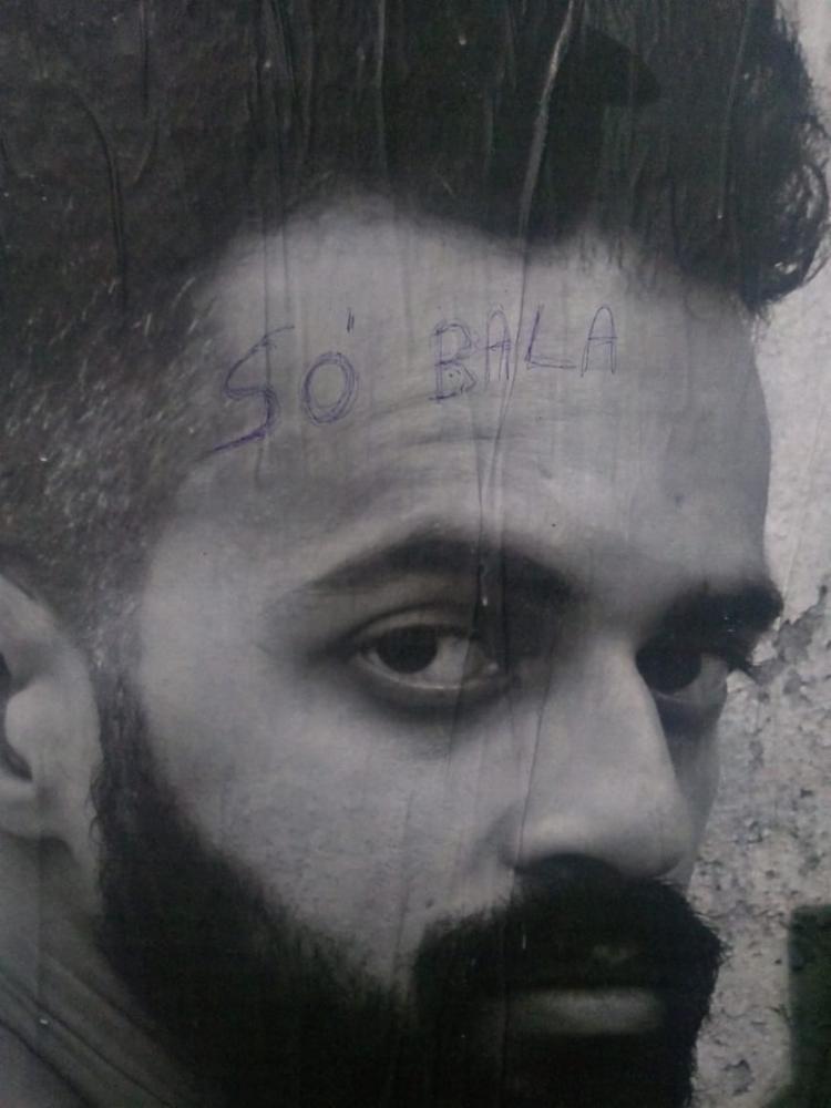 Vândalos escreveram frases homofóbicas em cima das fotografias - Foto: Divulgação