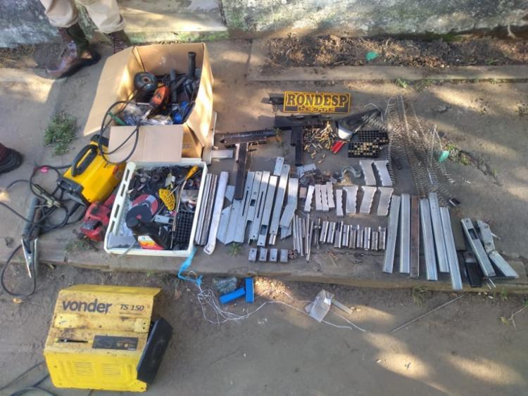 Foram encontrados no imóvel uma submetralhadora, uma espingarda calibre 12, carregadores e peças