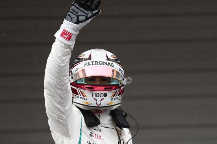 Hamilton cravou sua oitava pole na Austrália e bateu o recorde do circuito de Albert Park - Foto: Behrouz Mehri l AFP