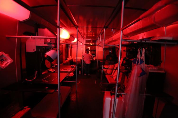 O vagão, em vias de tornar-se ferro velho, transformou-se em câmera e laboratório - Foto: Raul Spinassé / Ag. A TARDE