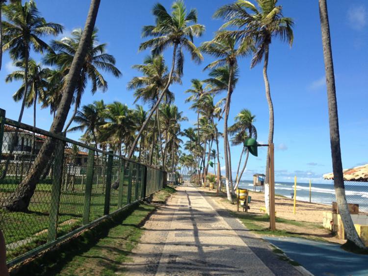 O município possui belas praias, como Vilas do Atlântico, Ipitanga, Busca Vida e Buraquinho