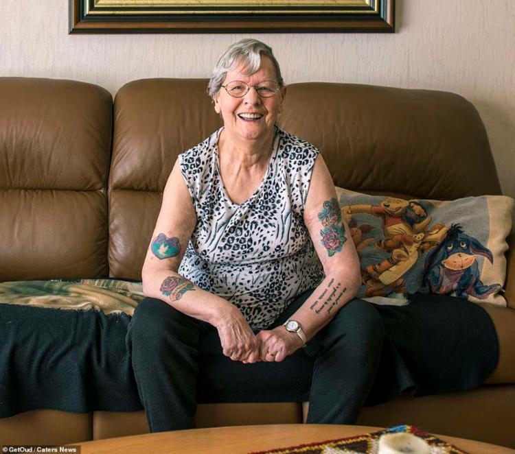 Em um dos depoimentos, uma mulher de 79 anos decidiu tatuar os braços