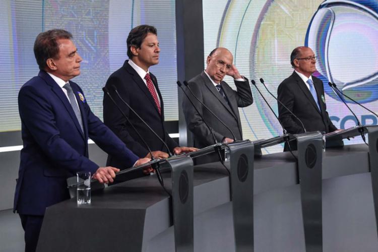 Geraldo Alckmin (PSDB) e Fernando Haddad (PT) aproveitaram para cumprimentar as mulheres - Foto: AFP
