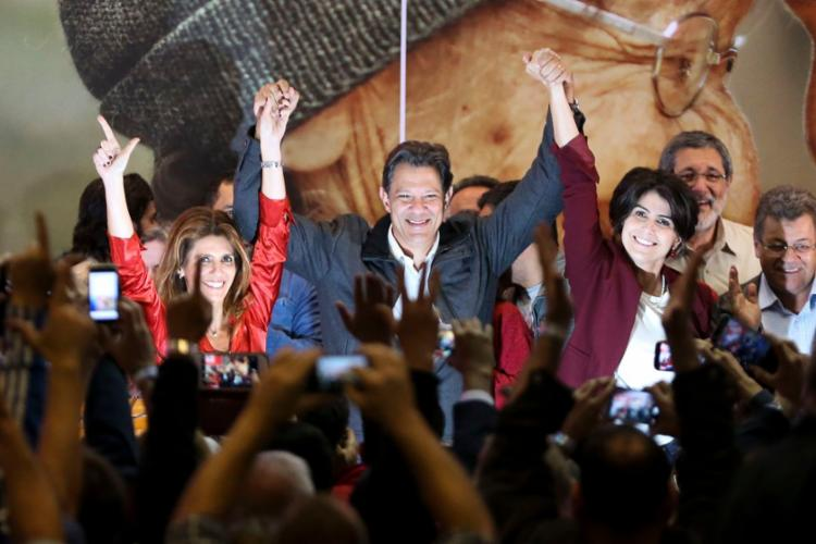 Haddad festejou a ida ao 2º turno ao lado da vice Manuela D'Avila e da esposa - Foto: Marcelo Camargo | Agência Brasil