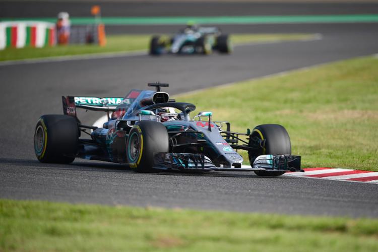 Com o tempo de 1min27s760, o piloto inglês cravou nada menos do que a 80.ª pole da carreira - Foto: Martin Bureau l AFP