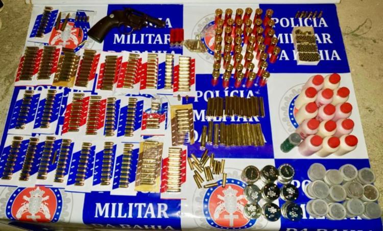 Polícia apreendeu um revólver calibre 38, 6.500 espoletas, 545 munições de diversos calibres e 15 tubos de pólvora - Foto: Divulgação   SSP-BA