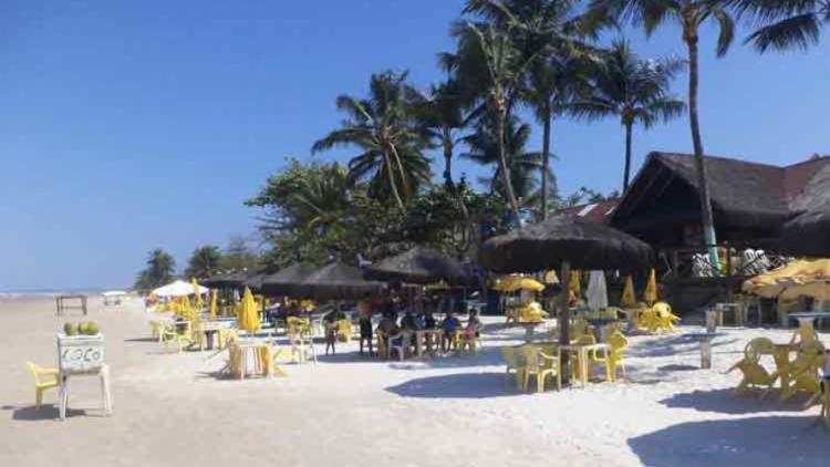 O corpo foi encontrado na entrada de um bar desativado na praia de Mamoan - Foto: Reprodução