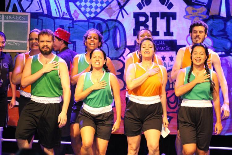 Show apresenta um formato competitivo entre duas equipes, com jogos, cenas e músicas improvisadas sugeridas pelo próprio público - Foto: Divulgação