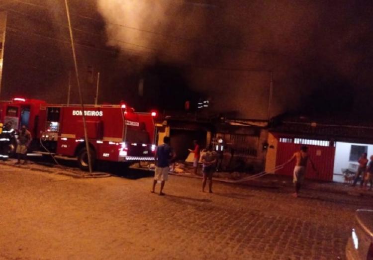 Segundo os bombeiros, foram utilizados cerca de 30 mil litros de água para debelar as chamas - Foto: Reprodução   Gustavo Moreira   Radar 64