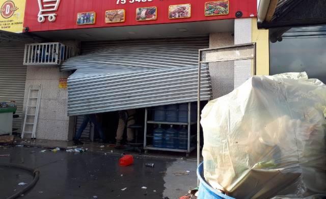 A porta do mercado foi aberta pelo Corpo de Bombeiros para ventilar e manter o fogo controlado
