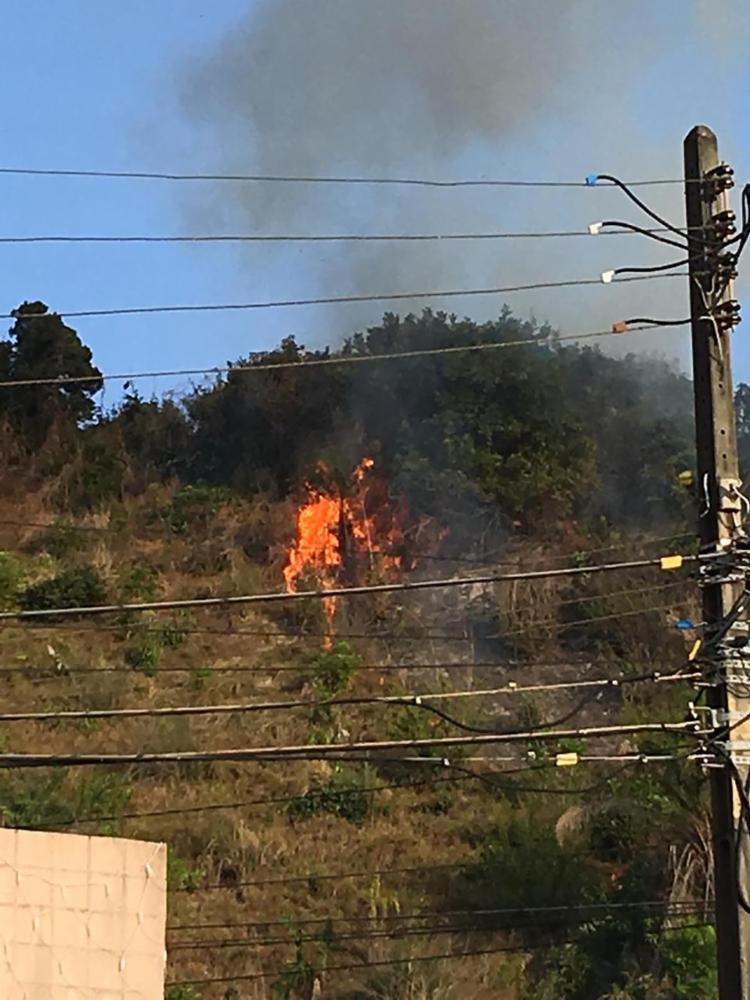 As chamas se iniciaram em entulhos depositados no local - Foto: Bianca Pereira | Ag. A TARDE