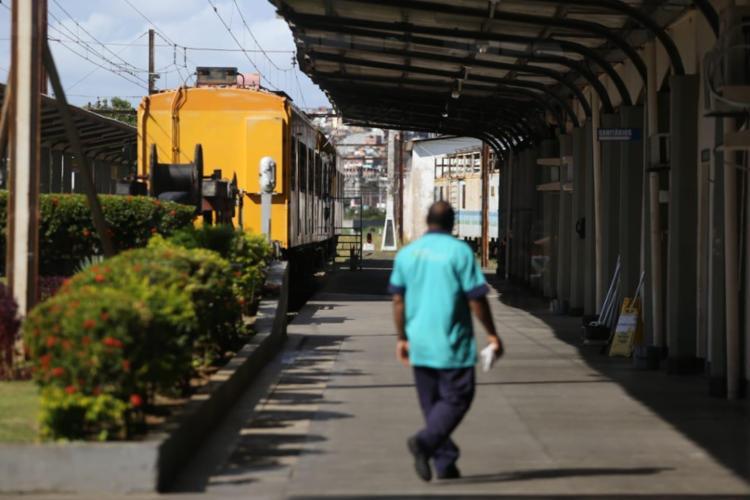 O primeiro trem já estava disponível no início da operação do sistema, às 6h, e um segundo trem passou a rodar a partir das 16h - Foto: Raul Spinassé | Ag. A TARDE