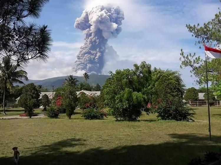 Monte Supotan expeliu uma coluna massiva de cinzas a mais de 6 mil metros no céu - Foto: AFP