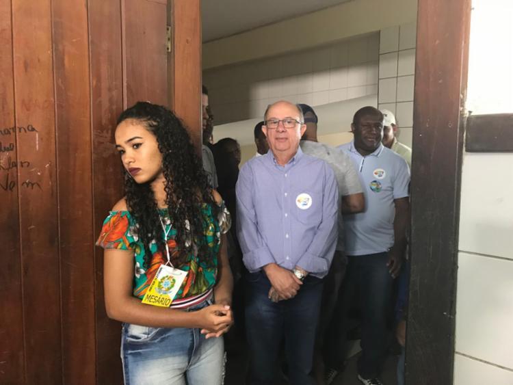 José Ronaldo compareceu às 9h para votar ao lado de Irmão Lázaro - Foto: Kauanne Vargas | Ag. A TARDE