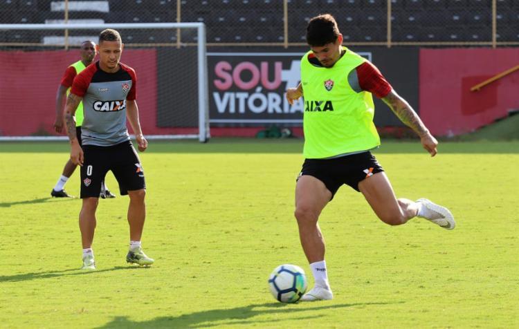 Contra o São Paulo, o atacante (à dir.) acredita que a equipe precisará dar mais do que 100% - Foto: Maurícia da Matta l EC Vitória