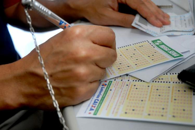 Apostas podem ser feitas até as 19h pela internet, em lotéricas e no Portal Loterias Online - Foto: Arquivo Agência Brasil