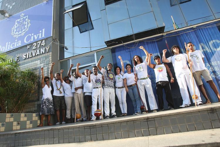 Inconformados, amigos protestaram pela tarde em frente à sede da delegacia - Foto: Luciano Carcará l Ag. A TARDE