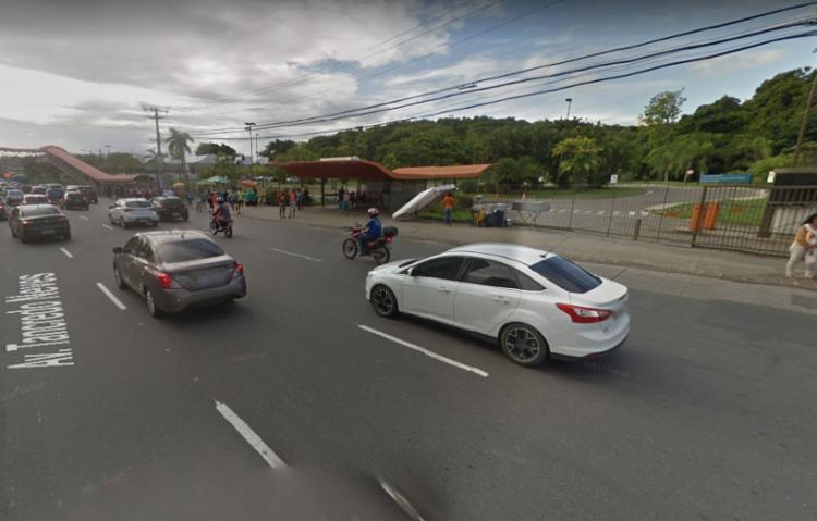 Motorista bateu em uma árvore próximo ao Hospital Sarah - Foto: Google Street View