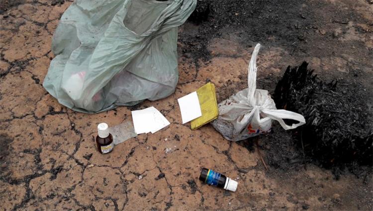 No local foi encontrada uma sacola plástica com anotações, telefones e frascos dos remédios, Rivotril e Clonazepan - Foto: Reprodução | blog Braga