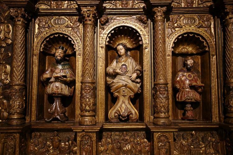 Retábulo com três nichos (1617), em madeira entalhada e dourada. Foto: Adilton Venegeroles / Ag. A TARDE