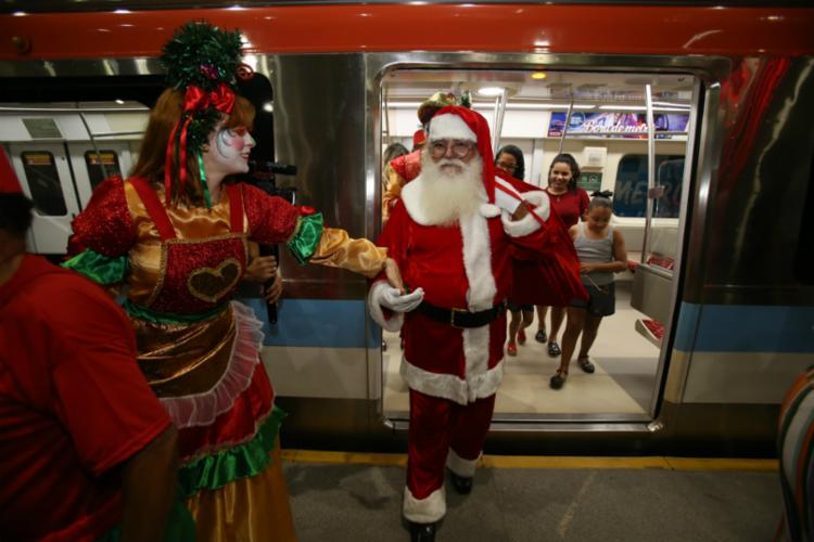 Em uma das inaugurações, o Papai Noel chegou ao estabelecimento de metrô - Foto: Joá Souza | Ag. A TARDE