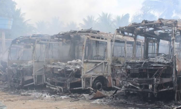 Coletivos foram incendiados por homens encapuzados que renderam o vigilante - Foto: Reprodução   Berimbau Notícias