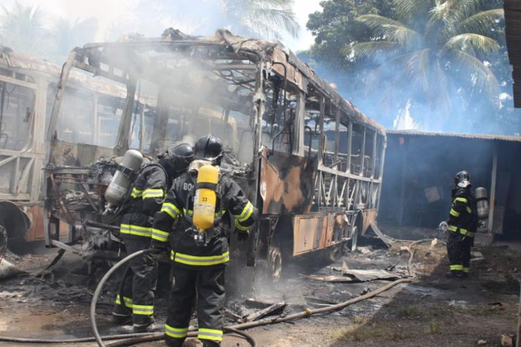 Bombeiros controlaram o incêndio mas os veículos foram destruídos