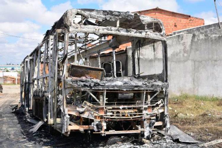 O ônibus ficou completamente destruído na ação criminosa - Foto: Reprodução | Foto Ed Santos | Site Acorda Cidade