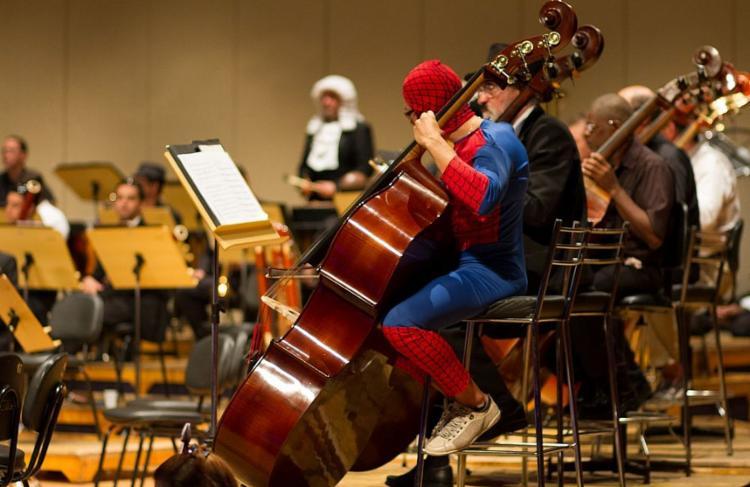 O maestro e os músicos apresentam o espetáculo fantasiados - Foto: Divulgação