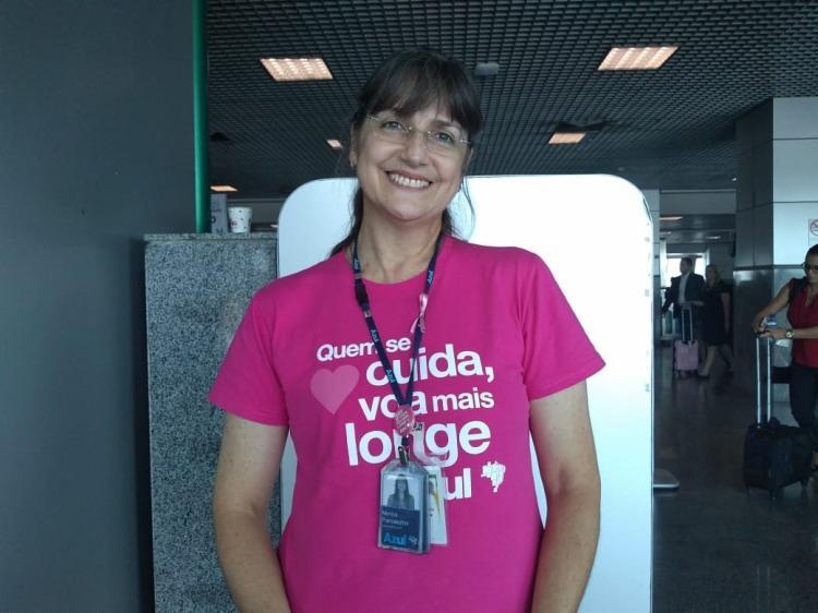 A despachante de voo realizou nesta sexta-feira,26, uma ação dentro de aeronaves sobre a importância da prevenção do câncer de mama - Foto: Dindara Ribeiro